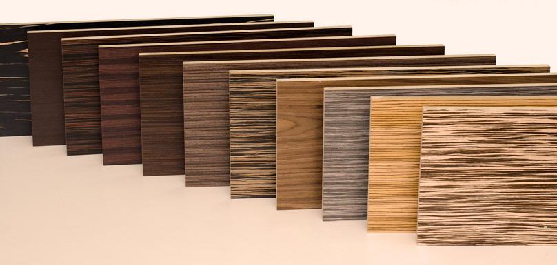 Разнообразие цветов и текстур панелей, облицованных шпоном
