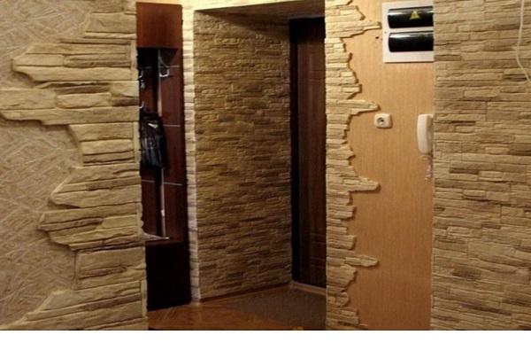 Отделка углов прихожей натуральным камнем выглядит стильно и гармонично на фоне панелей, имеющих структуру дерева