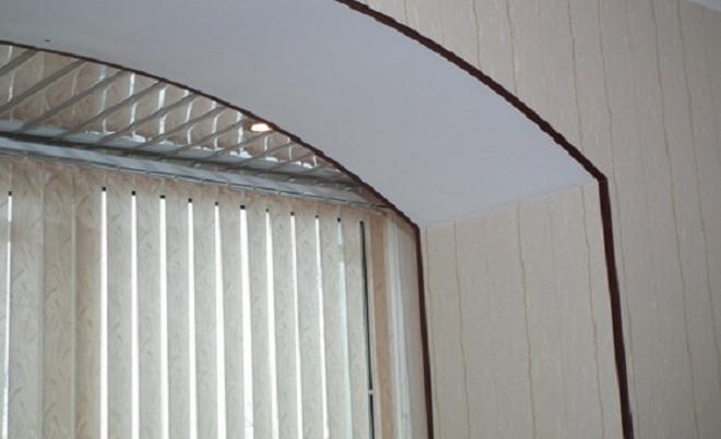 Арка с отделкой: арочное окно, отделанное пластиковым уголком