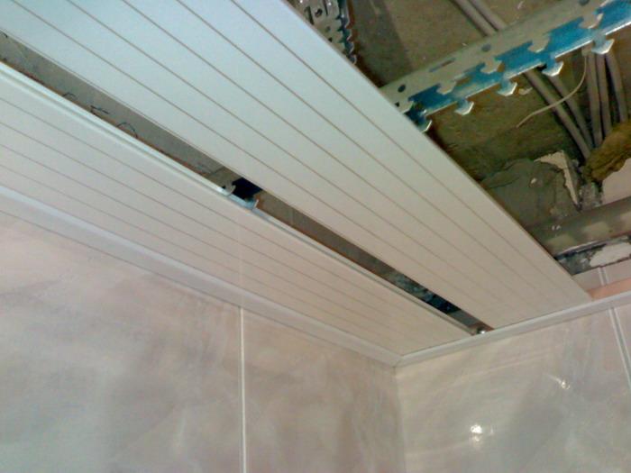 Монтаж панелей из ПВХ на подготовленный каркас с плинтусами
