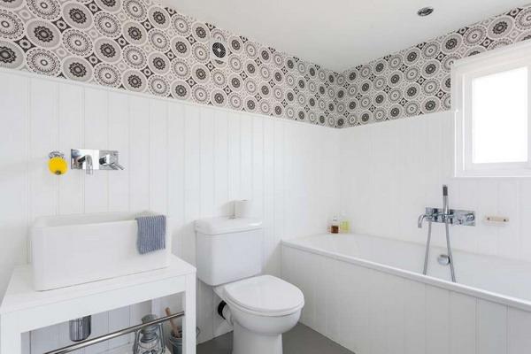 Отделанная ПВХ панелями ванная комната