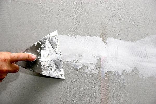 Наносим грунтовку на поверхность стен