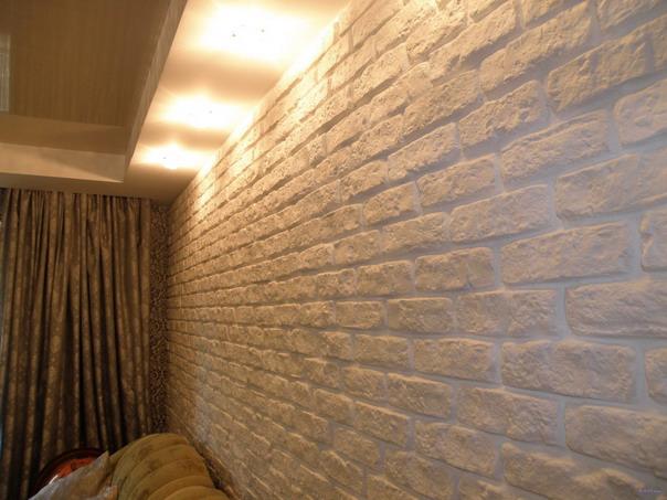 Имитация стены под кирпич при помощи гипсовых плиток